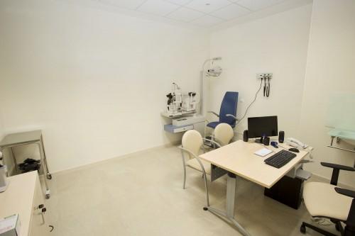 Consulta de oftalmología en Estepona. Vista desde la entrada.