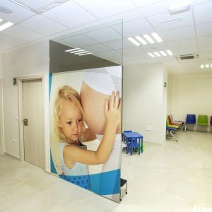 Zona de pediatría y ginecología en la clínica de Estepona