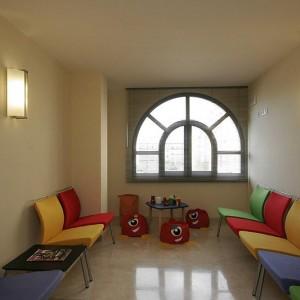 Sala de espera para la consulta de pediatría en San Pedro