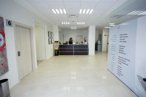 Recepción desde la entrada a la clínica de Estepona
